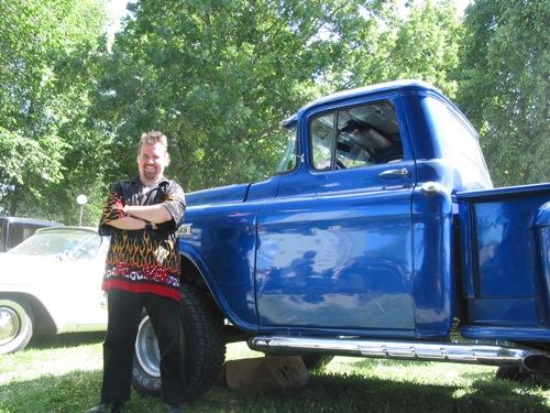 Ola Andersson, framför snyggt lackerad blå truck